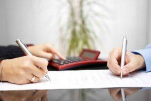Frau und Mann berechnen nachehelichen Unterhalt