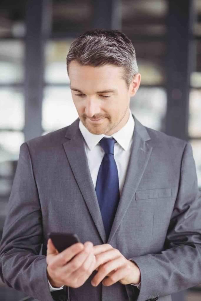 Rechtsanwalt für Scheidungsrecht tipp auf Handy