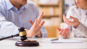 Mann und Frau Richterhammer Eheringe und Dokumente