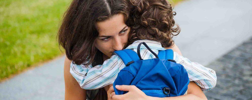 Mutter umarmt Ihr Kind