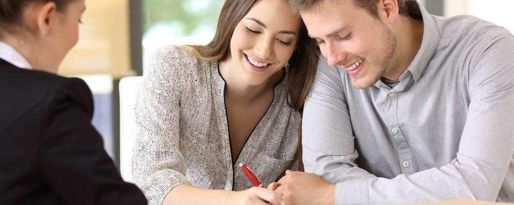 Pärchen unterschreibt Ehevertrag