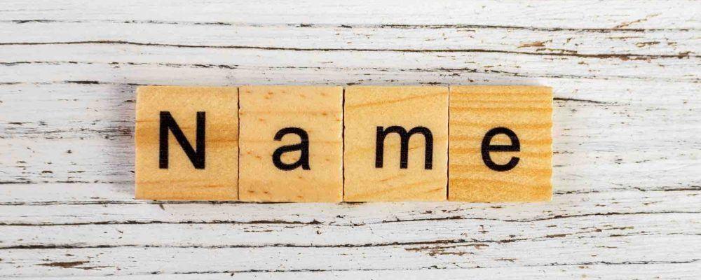 Das Worte Name auf Holzklötze gedruckt