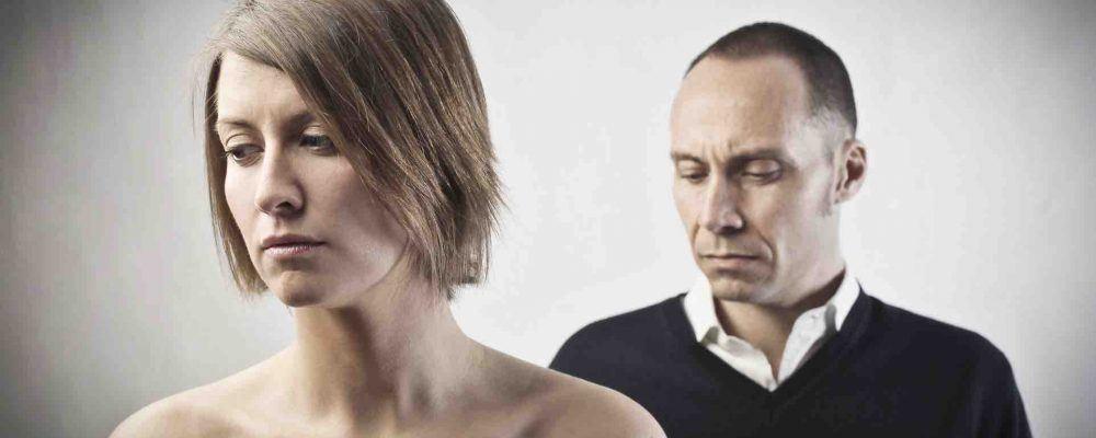 Mann und Frau schauen ernst und traurig
