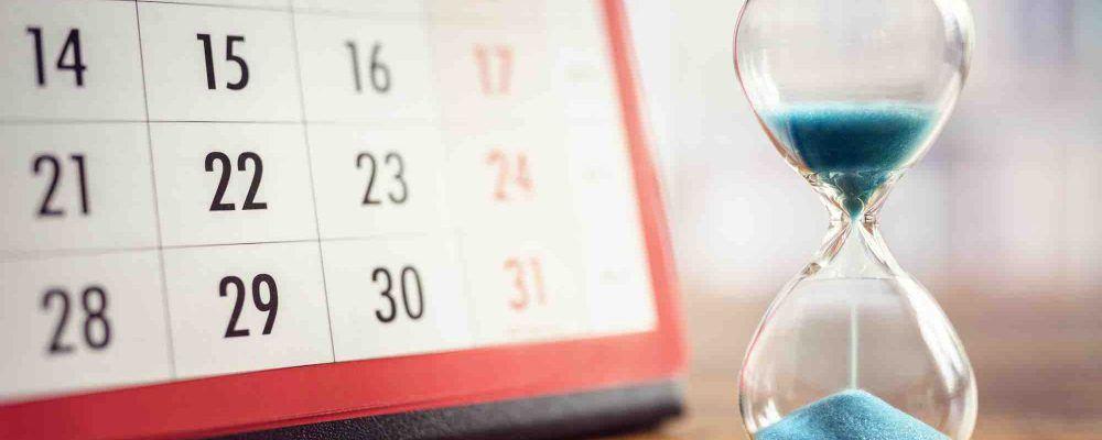 Bild zeigt einen Kalender und eine Sanduhr symbolisch für das Trennungsjahr