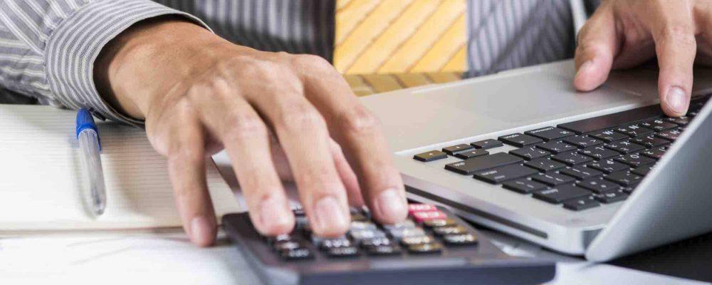 Männerhand Taschenrechner Computer Unterlagen