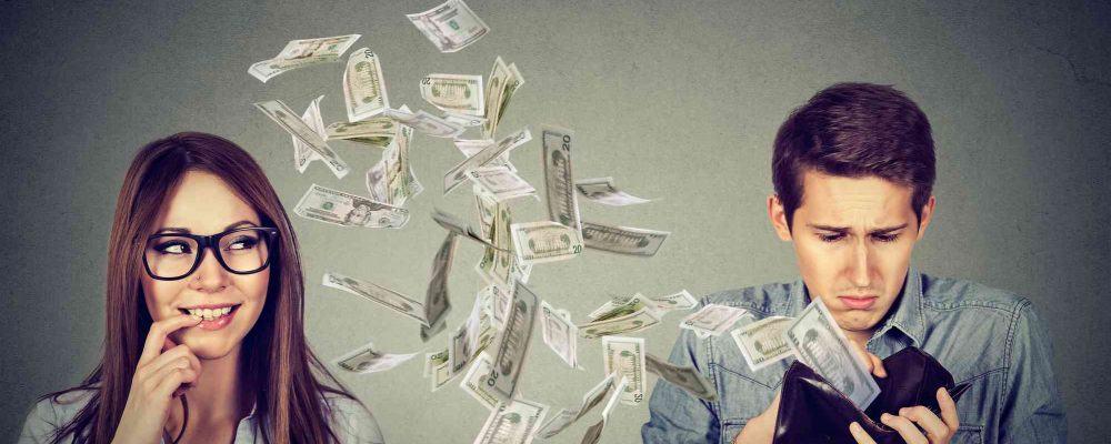 Mann zahlt einer Frau Geld