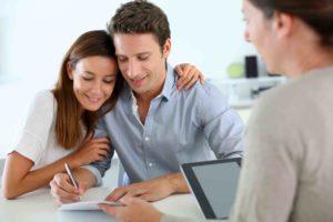 Paar unterschreibt Ehevertrag