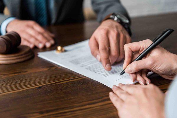 Mann zeigt auf Scheidungsvereinbarung