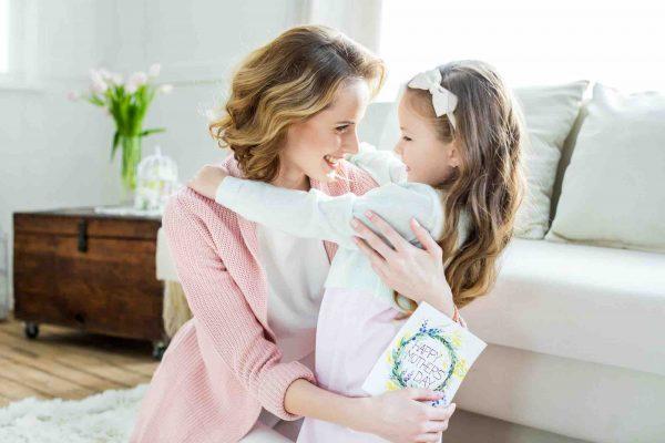 Mutter hat Tochter im Arm